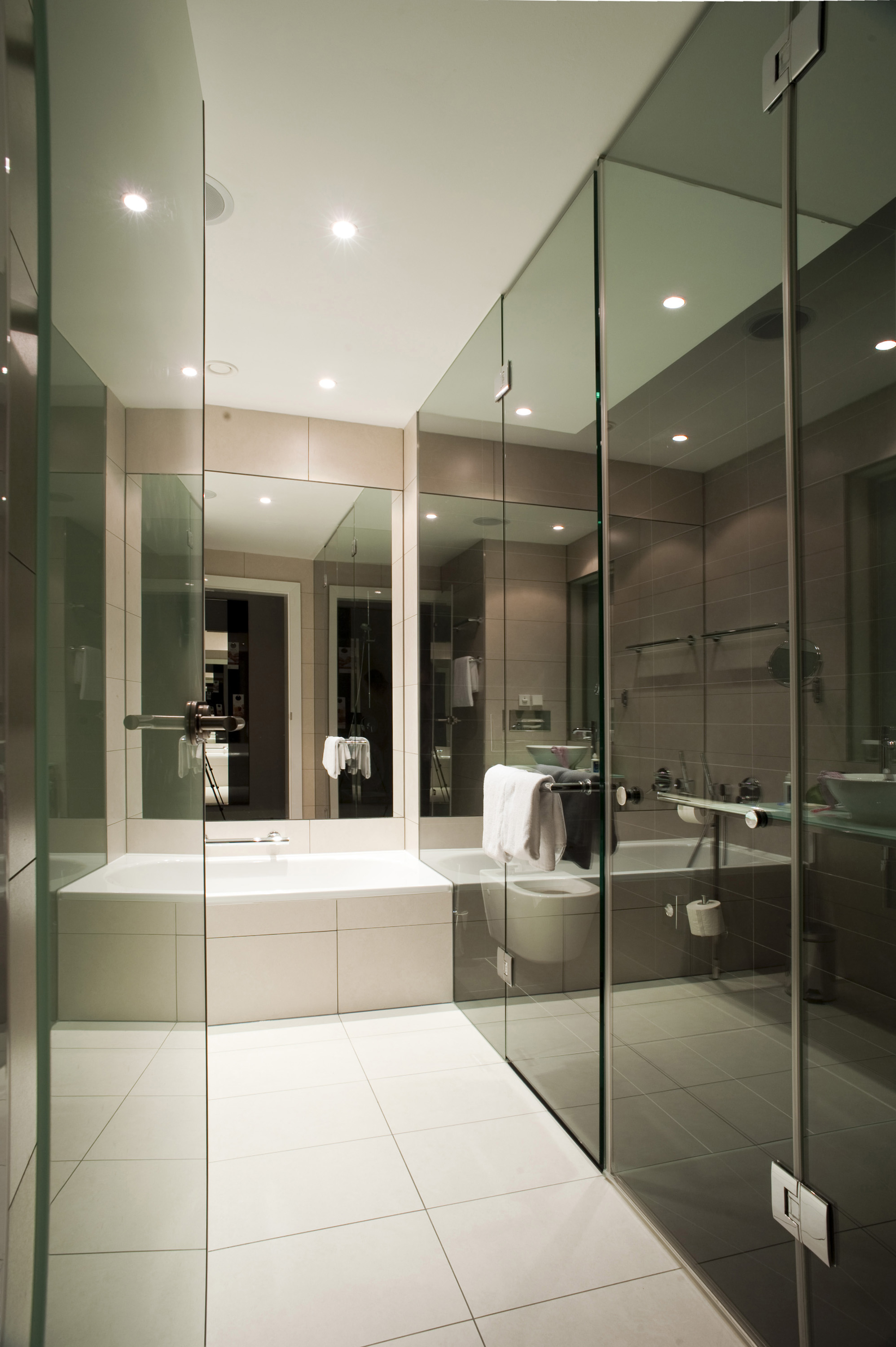 Modern hotel room bathroom images for Bathroom design galleries